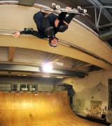 Skateboarder-in-der-Halfpipe-im-Pumpwerk-6ae5687a